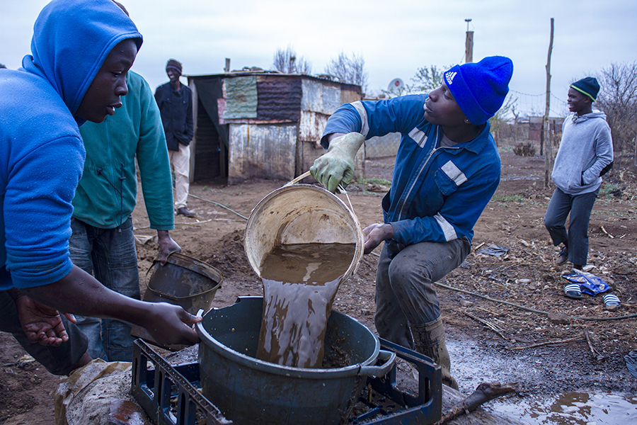 Xawela, Carletonville. The process of sieving the mineral-rich dust can last a few hours. ©Manash Das.