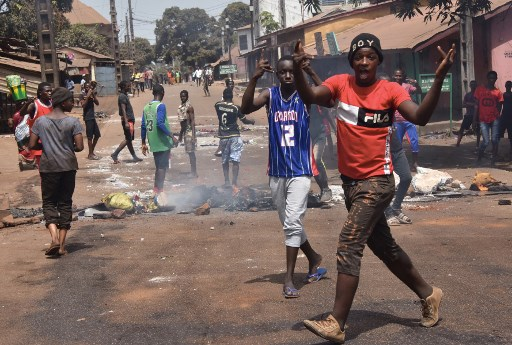 "Protesters burn rubbish and block roads along the ""axis of democracy"" after protests broke out in Conakry on February 29, 2020."